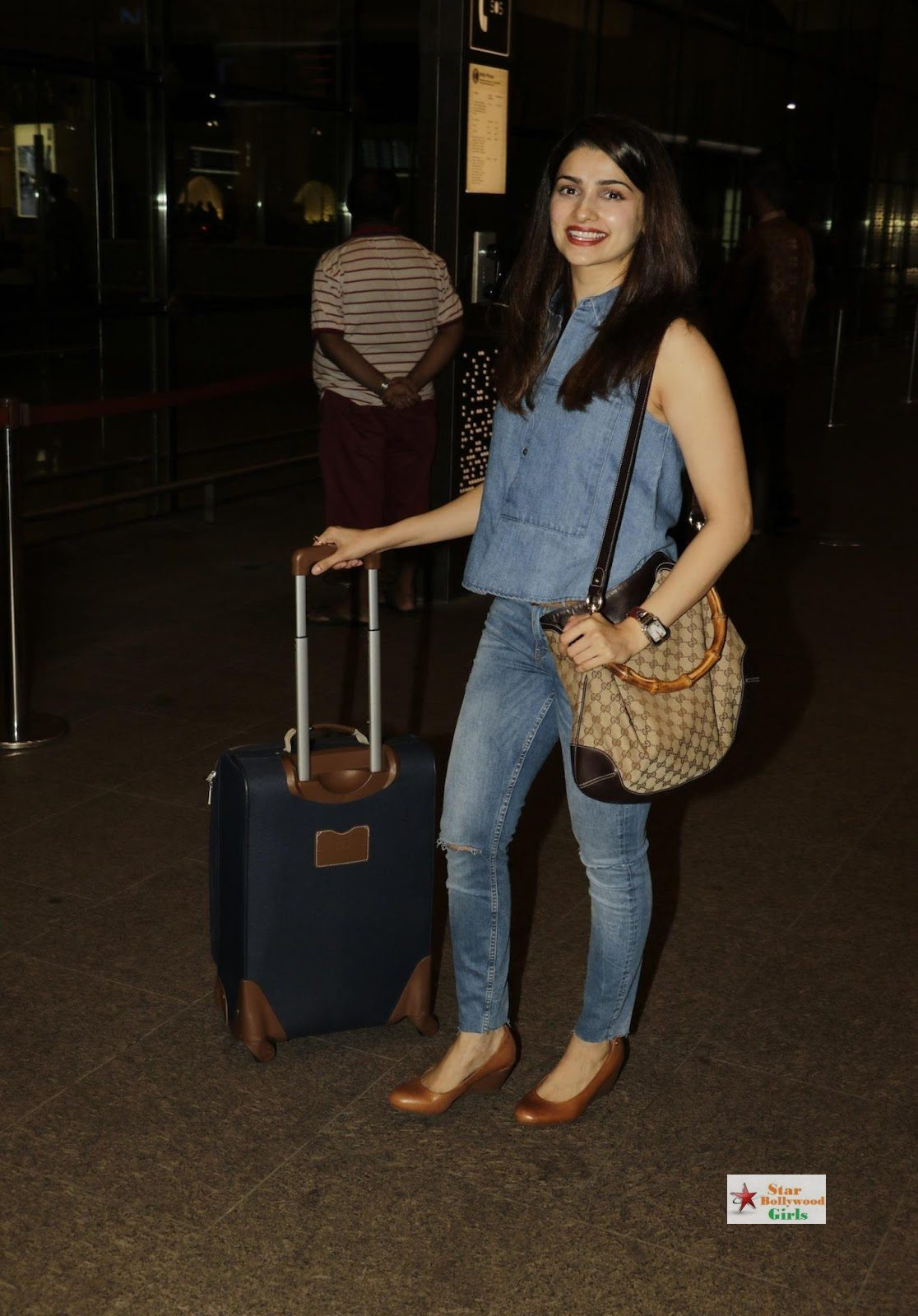 Prachi Desai Looks Super Sexy At Mumbai International Airport10