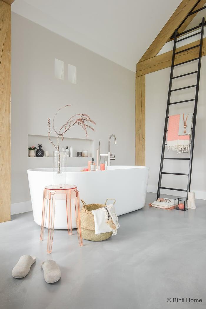 Interieurstyling badkamer inrichten tropisch betonlook ©BintiHome