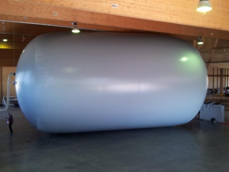 Zdjęcie dużego zbiornika na biogaz, kształt walca