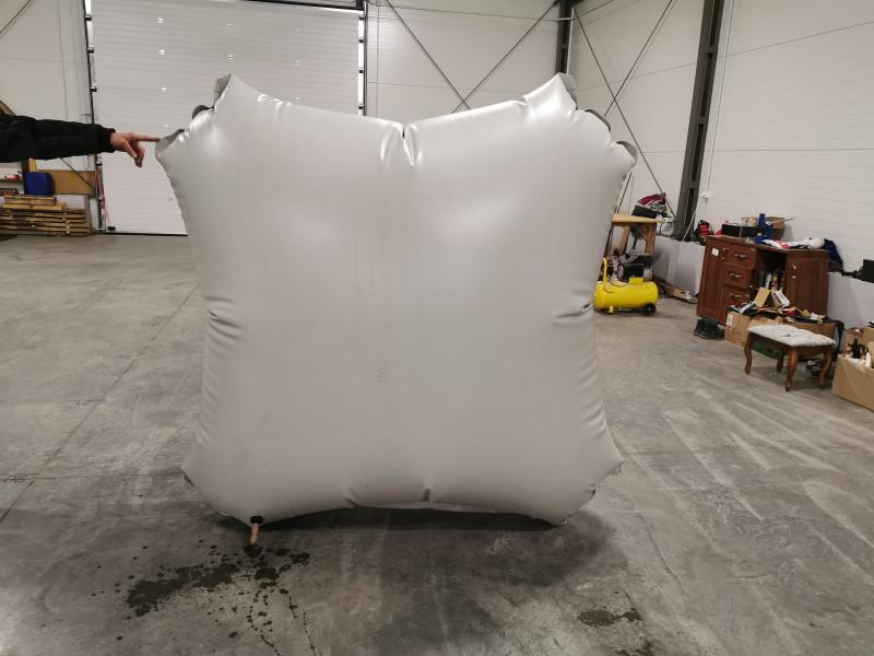 Zdjęcie małego zbiornika na biogaz, kanciasta poduszka