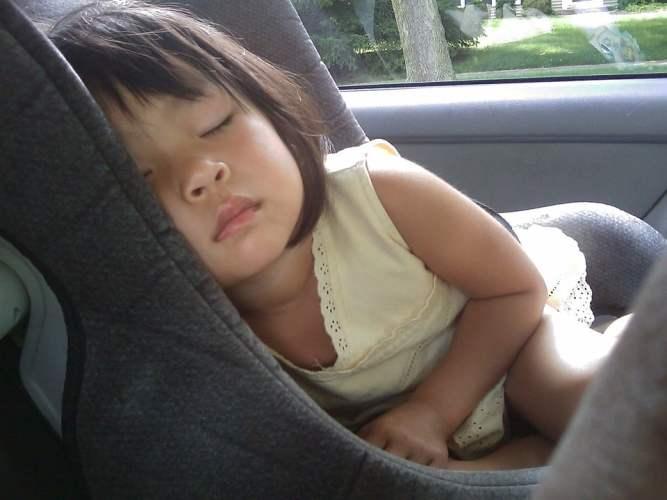 Choisir un siège auto en fonction des poids de l'enfant.