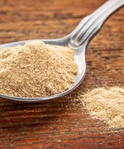 La poudre de racine de Maca bio du pérou un aphrodisiaque naturel pour les problèmes de ménopause ou d'infertilité