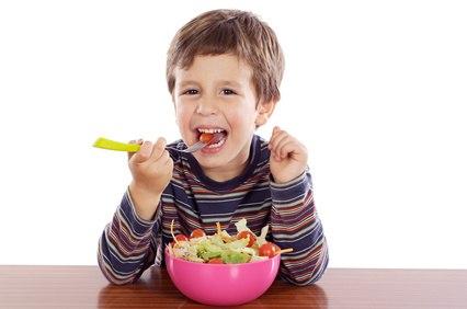 Niños que disfrutan la comida