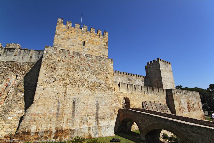 Le mura del Castello di San Giorgio. Il Castello di São Jorge è il castello di Lisbona, la capitale del Portogallo e si trova sulla collina più alta del centro storico della città. È uno dei principali siti storici e turistici della città.