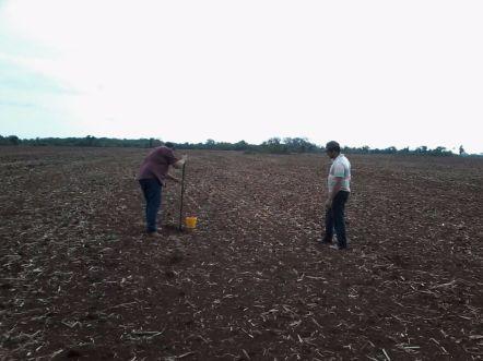 maycon-braga-eng-agronomo-coletando-amostra-e-o-produtor-silvio-roberto-da-silva-cavalcante