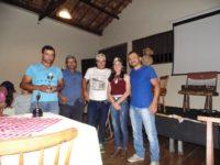 Família Ventura recebe troféu do prefeito Alexandre Braga.