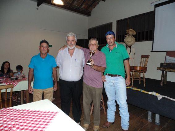 Primeiro à direita, Edson Ferreira recebe o troféu do secretário Adilson da Cunha.