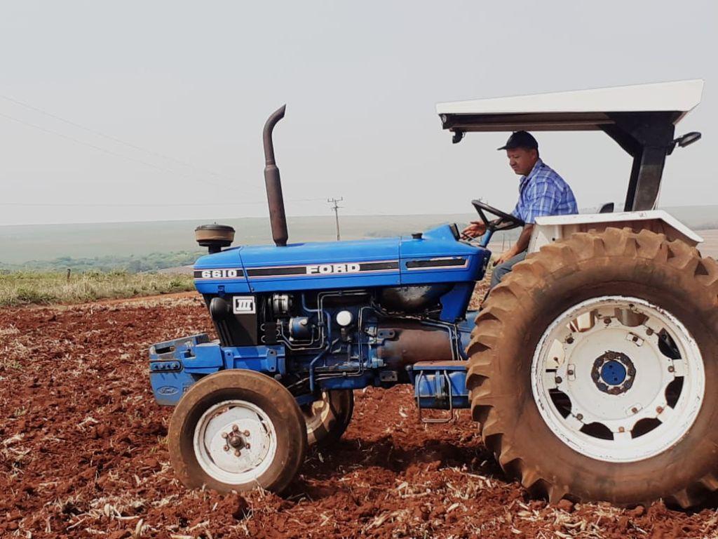 O agricultor na preparação do terreno para o plantio da soja.