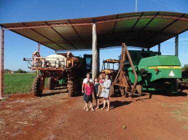 Família de Eleandro em frente ao maquinário adquirido.