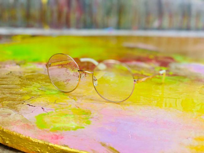 Wahrgebungsbrille auf einem Kunstwerk - BirgitDierker