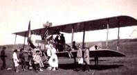 Spännande 1923. Ett flygplan har landat på en äng i Frillesås.