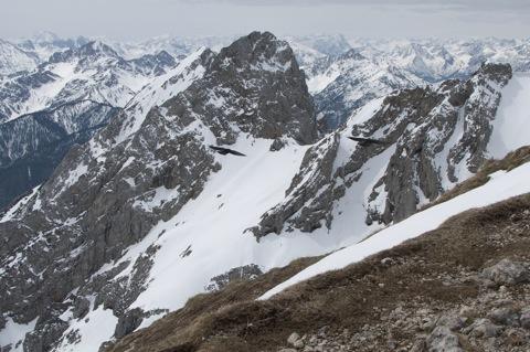 Bild: Alpendohle an der Westlichen Karwendelspitze. NIKON D90 mit AF-S DX NIKKOR 18-200 mm 1:3,5-5,6G ED VR Ⅱ. Bild © 2012 by Bert Ecke.