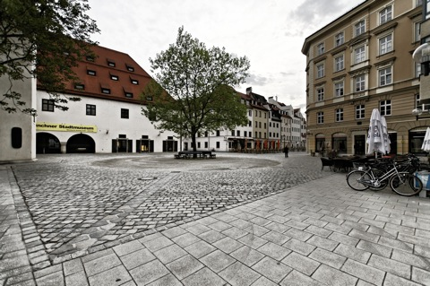 Bild: Am Münchner Stadtmuseum. NIKON D300s mit Weitwinkelobjektiv SIGMA 10-20mm F3.5 EX DC HSM ¦¦ ISO200 ¦ f/3.0 ¦ 1/640 s ¦ FX 10 mm.