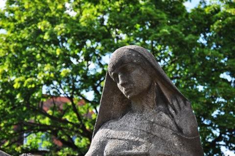 Bild: Auf dem historischen Johannisfriedhof zu Nürnberg. Aufnahme mit NIKON D90 und Objektiv AF-S DX NIKKOR 18-105 mm 1:3,5-5,6G ED VR. ISO 200 - Brennweite 58 mm (KB äquiv. 89 mm) - 1/400s - f/5.