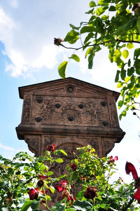 Bild: Auf dem historischen Johannisfriedhof zu Nürnberg. Aufnahme mit NIKON D90 und Objektiv AF-S DX NIKKOR 18-105 mm 1:3,5-5,6G ED VR. ISO 200 - Brennweite 18 mm (KB äquiv. 27 mm) - 1/1320s - f/9.