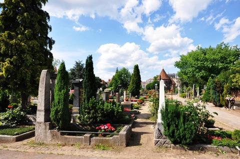 Bild: Auf dem historischen Johannisfriedhof zu Nürnberg. Aufnahme mit NIKON D90 und Objektiv SIGMA 10-20mm 1:4-5.6 DC HSM. Brennweite 10 mm (KB äquiv. 15 mm) - 1/1320s - f/9.