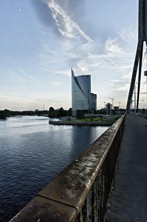Bild: Das Swedbank Hochhaus auf dem linken Ufer der Daugava. NIKON D700 mit CARL ZEISS Distagon T* 2,8/25 ZF.<br />