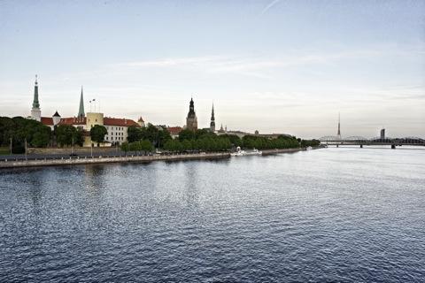 Bild: Blick auf die historische Altstadt von Rīga von von der Vanšu Brücke aus gesehen. NIKON D700 mit CARL ZEISS Distagon T* 2,8/25 ZF.