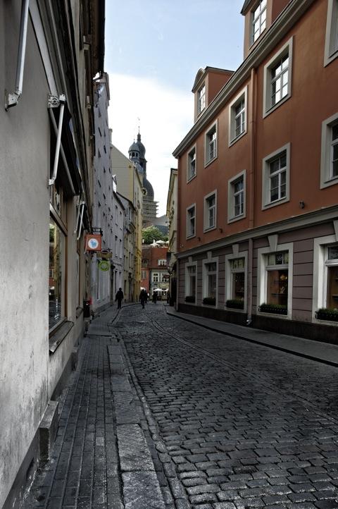 Bild: Blick auf den Dom zu Riga und das Haus zur Blauen Kuh. NIKON D700 mit CARL ZEISS Distagon T* 3,5/18 ZF.2 ¦¦ ISO200 ¦ f/16 ¦ 1/60 s ¦ -1.0 EV ¦ FX 18 mm.