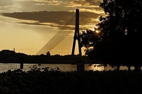 Bild: Sonnenuntergang an der Vanšu Brücke in Rīga. NIKON D700 mit AF-S NIKKOR 28-300 mm 1:3,5-5,6G ED VR ¦¦ ISO800 ¦ f/11 ¦ 1/2000 s ¦ -1.00 EV ¦ FX 62 mm.