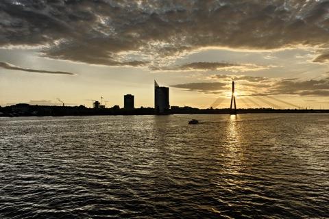 Bild: Sonnenuntergang an der Vanšu Brücke in Rīga. Blick auf das linke Ufer der Daugava. NIKON D700 mit AF-S NIKKOR 28-300 mm 1:3,5-5,6G ED VR ¦¦ ISO400 ¦ f/11 ¦ 1/500 s ¦ 0.00 EV ¦ FX 28 mm.