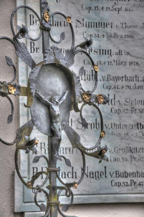 Bild: Grabplatte an der Wallfahrtskirche Maria Birnbaum in Sielenbach bei Dasing. NIKON D300s mit AF-S DX NIKKOR 18-105 mm 1:3,5-5,6G ED VR ¦¦ ISO400 ¦ f/9 ¦ 1/50 s ¦ DX 105 mm.