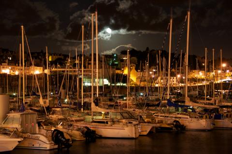 Bild: Der Yachthafen von Granville in der Normandie. Nikon D90 mit Objektiv AF-S DX VR Zoom-Nikkor 18-200mm f/3.5-5.6G IF-ED.