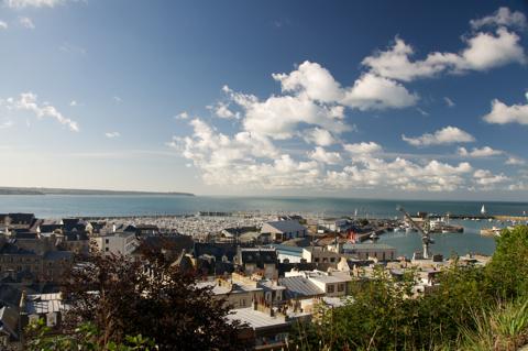 Bild: Der Hafen von Granville in der Normandie - Frankreich. Nikon D90 mit Objektiv AF-S DX VR Zoom-Nikkor 18-200mm f/3.5-5.6G IF-ED mit Polfilter.