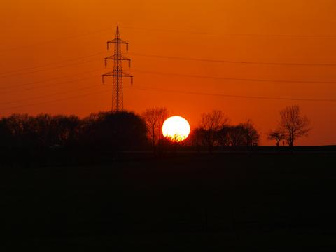 Bild: Sonnenuntergang im Frühjahr über dem Pfaffenholz bei Greifenhagen im Landkreis Mansfeld-Südharz. Olympus E-520 mit Objektiv Olympus Zuiko Digital 14-42 mm F3.5-5.6.