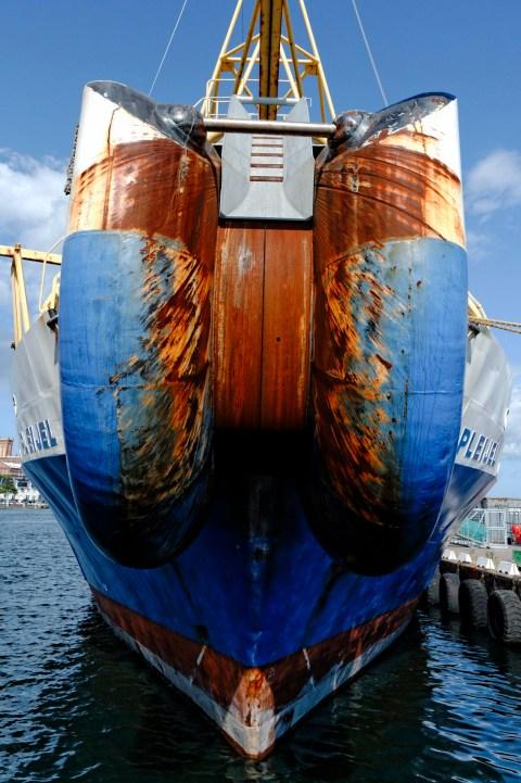 Bild: Unterwegs im Hafen von Kalmar in der historischen Provinz Småland. Dieses Schiff, das Seekabel verlegt, hat Patina angesetzt. NIKON D700 und AF-S NIKKOR 24-120 mm 1:4G ED VR.