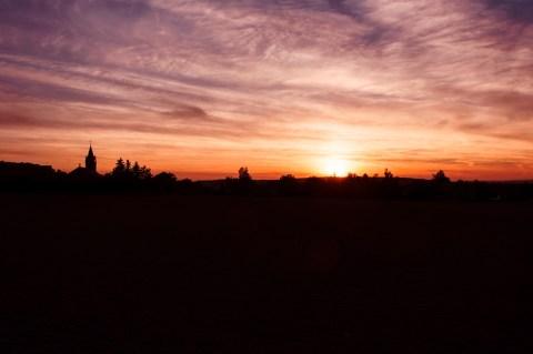 Bild: Sonnenuntergang im Herbst über Bräunrode im Unterharz. NIKON D700 und AF-S NIKKOR 24-120 mm 1:4G ED VR.