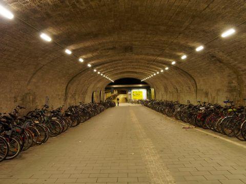 Bild: Nicht gerade eine Touristenattraktion - der Laime Bahnhof in München. OLYMPUS OM-D E-M5 mit M.Zuiko Digital 12-50mm 1:3.5-6.3 EZ. ISO 3200 ¦ f/7,1 ¦ 25 mm ¦ 1/15 s ¦ kein Blitz. Klicken Sie auf das Bild um es zu vergrößern.