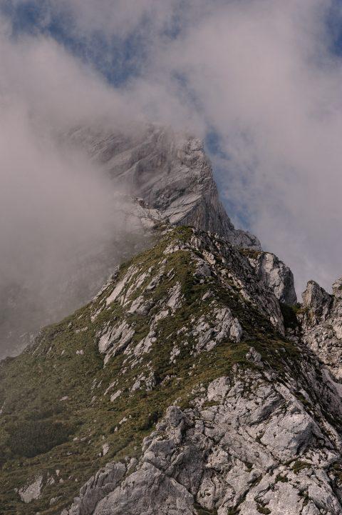 Bild: Wolken an der Alpspitze. NIKON D700 mit TAMRON SP 24-70mm F/2.8 Di VC USD. ISO 200 ¦ f/7,1 ¦ 70 mm ¦ 1/2.500 s ¦ kein Blitz. Klicken Sie auf das Bild um es zu vergrößern.