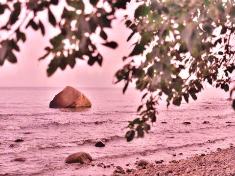Bild: Der Schwanenstein ist ein großer Findling in der Ostsee bei Lohme auf der Insel Rügen. Hier sind im Februar 1956 drei Jungen erfroren. OLYMPUS OM-D E-M5 mit M.ZUIKO DIGITAL ED 12‑40mm 1:2.8. ISO 200 ¦ f/2,8 ¦ 35 mm ¦ 1/3200 s ¦ kein Blitz. Klicken Sie auf das Bild um es zu vergrößern.