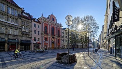 Bild: Fußgängerzone Neuhauser Straße in München am frühen Morgen des 30.04.2017. Nikon D810 mit irix 15mm f/2.4 Blackstone. ISO 200 ¦ f/7.1 ¦ 15 mm ¦ 1/400 s ¦ kein Blitz. Klicken Sie auf das Bild um es zu vergrößern.