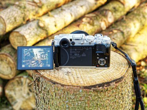 Bild: Die kompakte spiegellose Systemkamera OLYMPUS PEN-F. Der Live View Monitor lässt sich nahezu in jede beliebige sinnvolle Position klappen. Das Bild wird immer lagerichtig dargestellt.