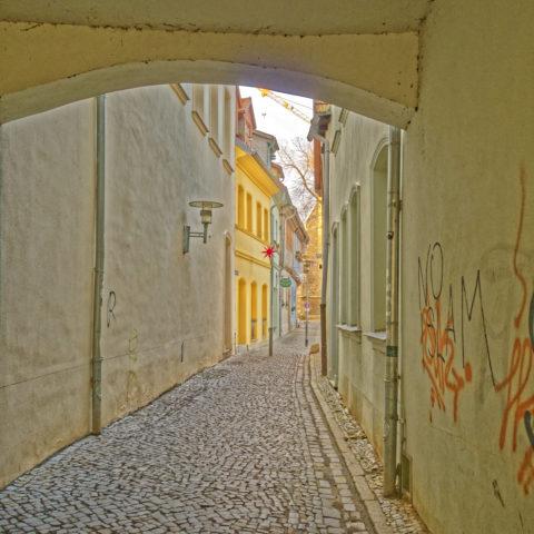 Bild: Aschersleben -Durchgang von der Breiten Straße zum Scharren. OLYMPUS PEN-F und LEICA DG SUMMILUX 1.7 / 15mm. ISO 200 ¦ f/5.6 ¦ 15 mm ¦ 1/10 s ¦ kein Blitz.