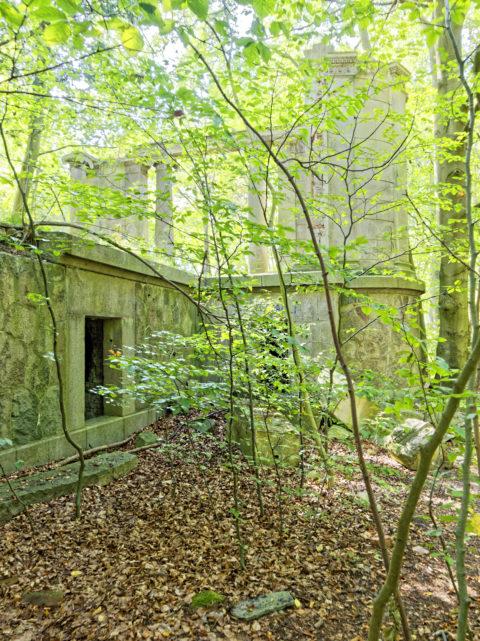 Bild: Die Ruinen des Schlosses Dwasieden am Klocker Ufer in der Nähe des Hafens von Sassnitz. Blick auf den südwestlichen Pavillon des Schlosses. Klicken Sie auf das Bild um es zu vergrößern.