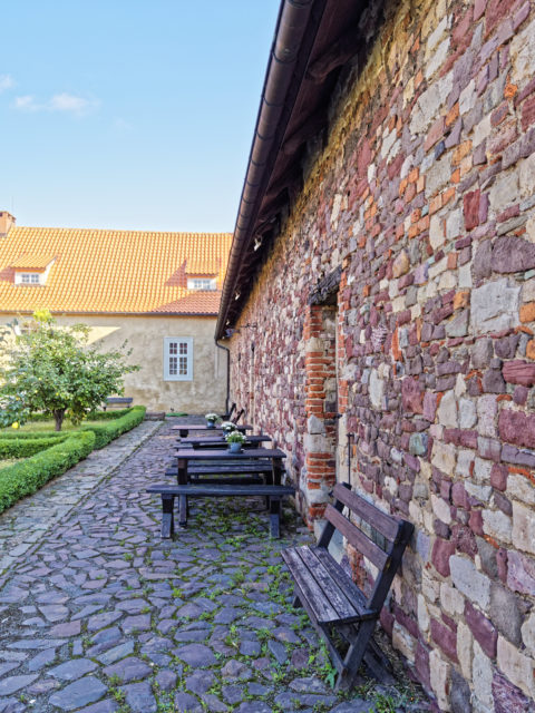 Bild: Ehemaliges Wirtschaftsgebäude der Konradsburg bei Ermsleben (Stadt Falkenstein im Harz) im Unterharz. Klicken Sie auf das Bild um es zu vergrößern.