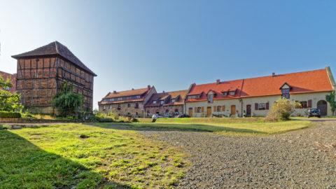 Bild: Wohngebäude der Konradsburg bei Ermsleben (Stadt Falkenstein im Harz) im Unterharz. Links ist das Brunnenhaus zu sehen. Klicken Sie auf das Bild um es zu vergrößern.