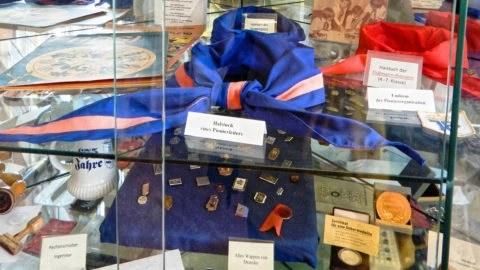 Bild: Exponat im Heimat- und Marinemuseum in in Dranske auf der Insel Rügen. Halstücher der Pionierorganisation. Klicken Sie auf das Bild um es zu vergrößern.
