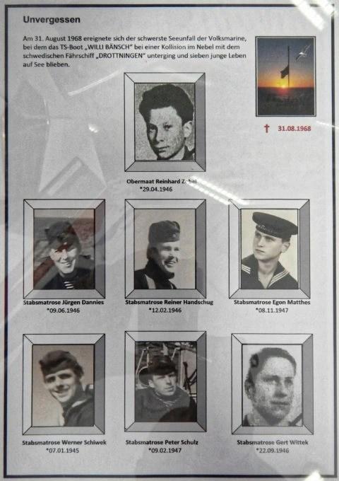 Bild: Exponat im Heimat- und Marinemuseum in in Dranske auf der Insel Rügen. 1968 ereignete sich bei der Kollision des Torpedoschiffes 844 Willi Bänsch bei dichtem Nebel mit der schwedischen Fähre Drottningen der größte Unfall der Volksmarine der NVA. Siebe Soldaten wurden dabei getötet. Klicken Sie auf das Bild um es zu vergrößern.