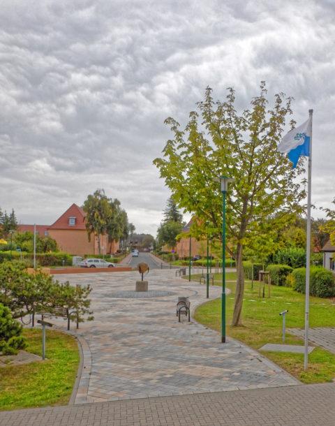 Bild: Platz vor dem Heimat- und Marinemuseum in der Schulstraße 19 in Dranske auf der Insel Rügen. Klicken Sie auf da Bild um es zu vergrößern.