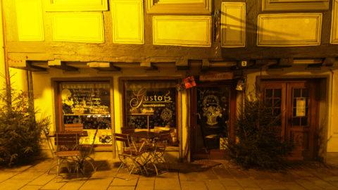 Bild: Blaubeuren Altstadt. Fachwerkhaus in der Karlstraße. Hier ist ein italienischer Spezialitätenhändler zu Hause (Il Gusto). Detailansicht des Erdgeschosses. Klicken Sie auf das Bild um es zu vergrößern.