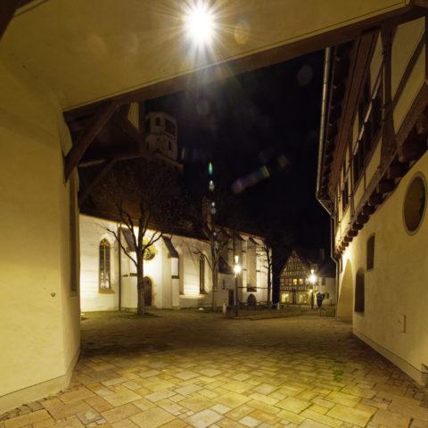 Bild: Blaubeuren Altstadt. Das ehemalige Spital zum Heiligen Geist in der Karlstraße. Blick in den Kirchhof. Klicken Sie auf das Bild um es zu vergrößern.
