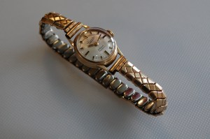1965 9ct gold Everite ladies watch