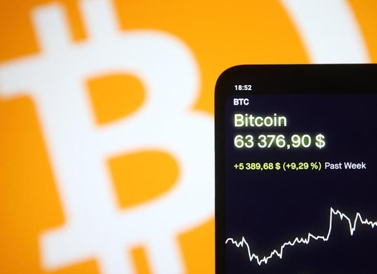 In this photo, taken in Kiev, Ukraine on April 13, 2021, the price of the virtual cryptocurrency Bitcoin is displayed on a phone screen.  Bitcoin cryptocurrency jumped over $ 60,000, media reported on April 13, 2021 in Kiev, Ukraine.  (Photo illustration by STR / NurPhoto via Getty Images)