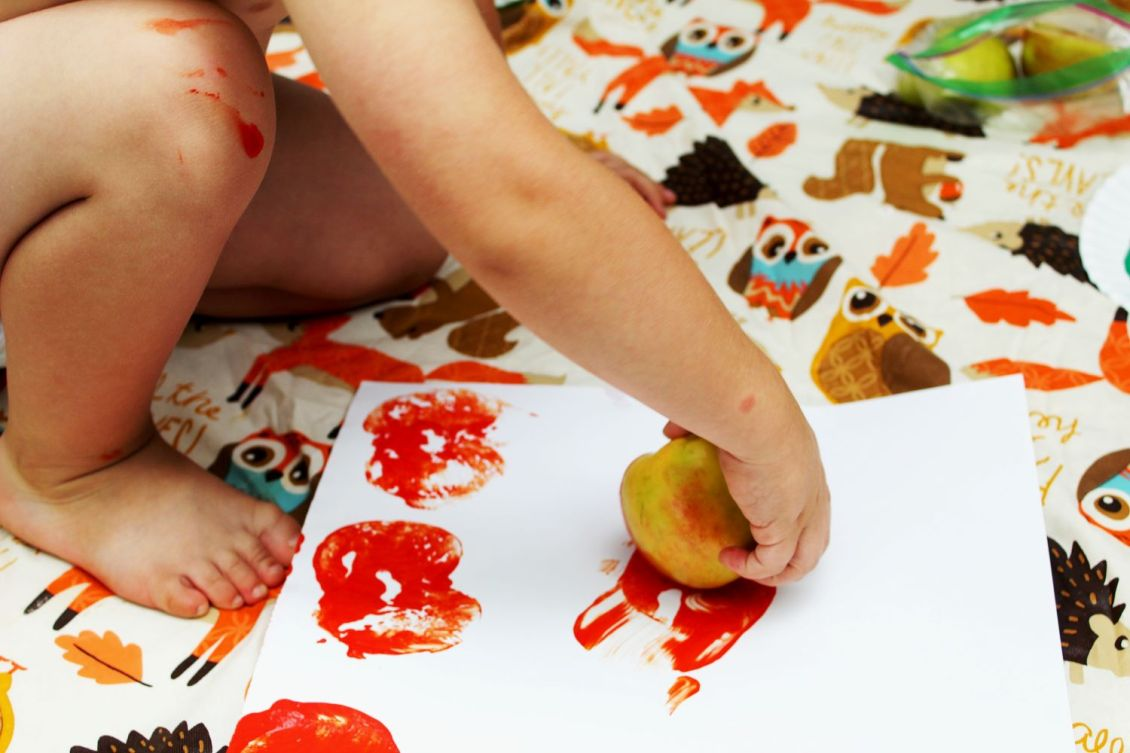 hand apple stamping preschool activities 1