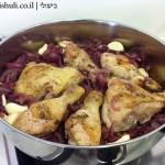 תבשיל עוף בבצל - הוספת העוף והשום