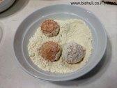 כדורי אורז -ציפוי הכדורים בקמח